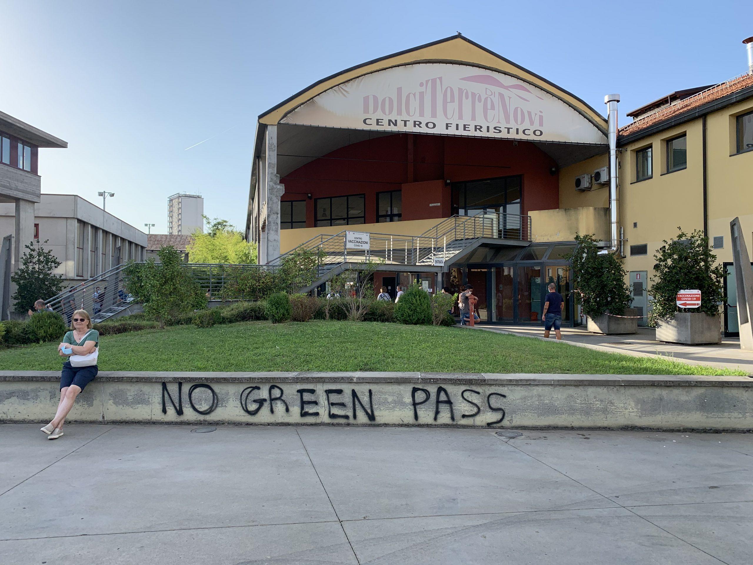 """""""No green pass"""" all'hub vaccinale di Novi: protesta o indicazione?"""